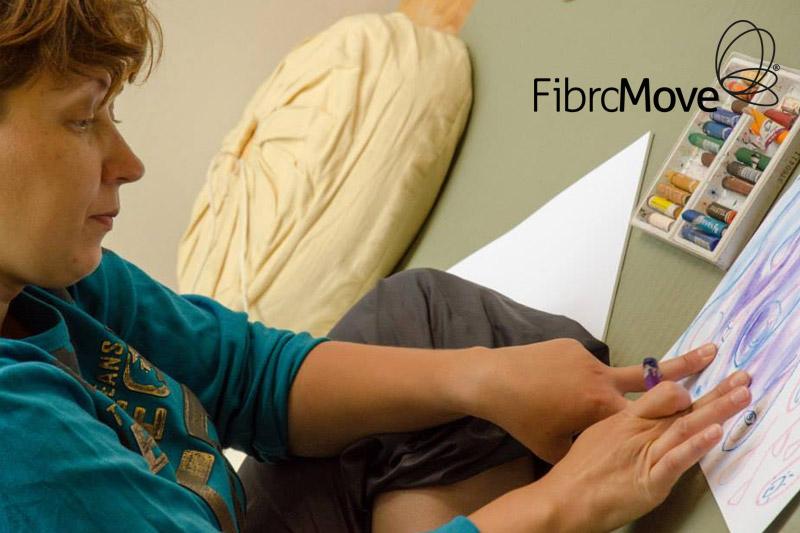 Jonge dame tekent in een van de oefeningen bij fibromove