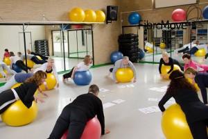 groep mensen die oefingen doen met een franse bal bij fibromobe