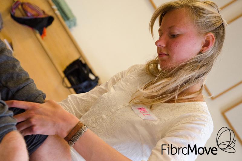 jonge dame in therapie in sessie fibromove